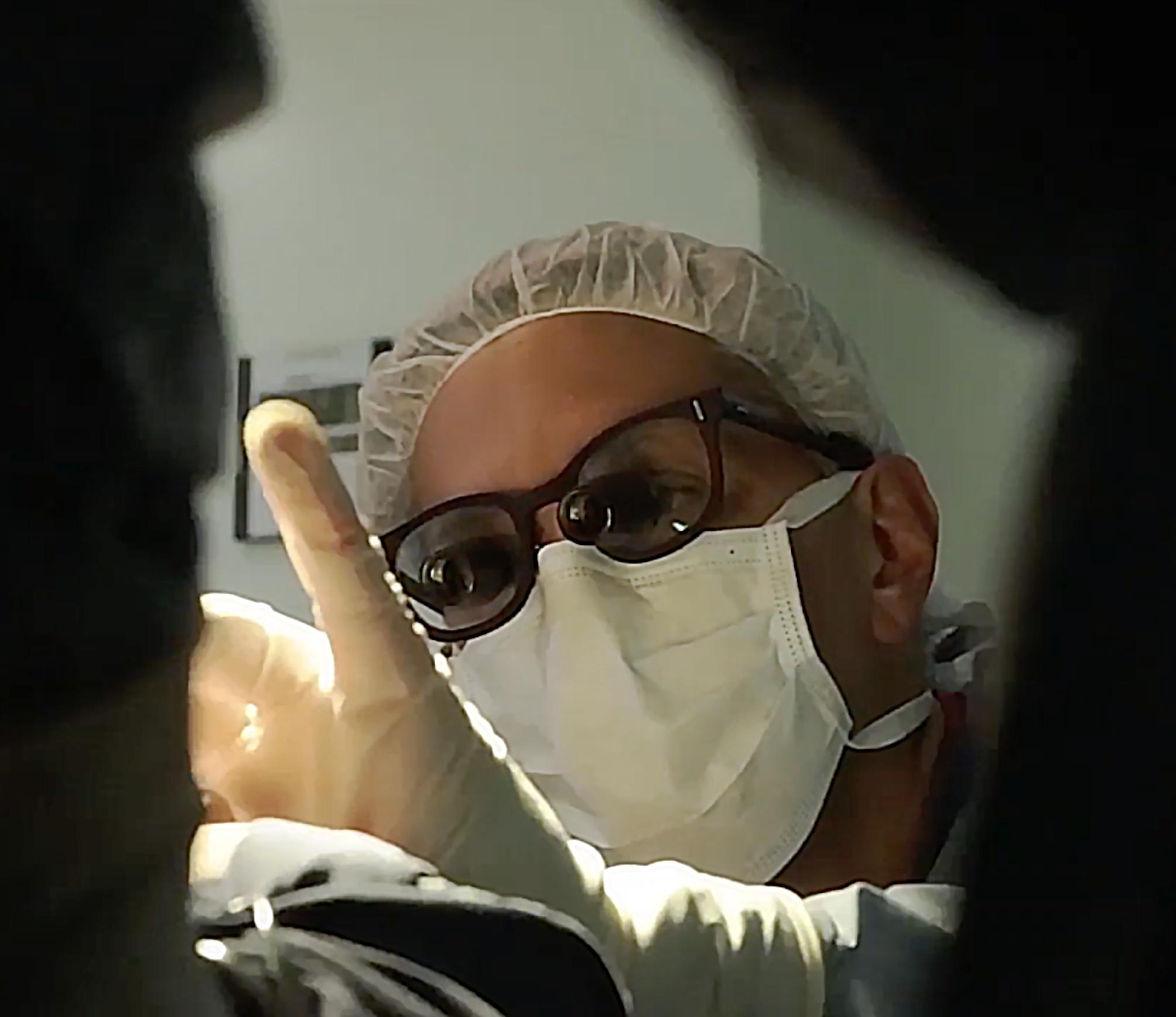Dr Bermudez operando con lupas